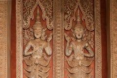 雕刻在教会的古老老挝艺术木头在贺尔Phakaeo寺庙。 免版税库存照片