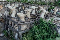 雕刻在木结构的白色石头鹿雕塑在Kek Lok Si寺庙在乔治市 Panang,马来西亚 库存图片