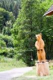 雕刻在木头的棕熊 免版税库存图片