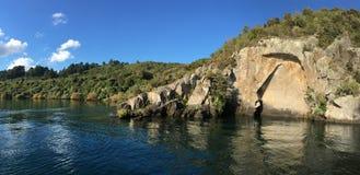 雕刻在湖陶波新西兰的毛利人岩石 图库摄影
