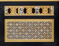 雕刻在金子颜色的木头传统泰国样式 免版税图库摄影