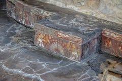 雕刻在阿兹台克寺庙Templo市长石长凳的五颜六色的浅浮雕在特诺奇提特兰-墨西哥城,墨西哥废墟  库存图片