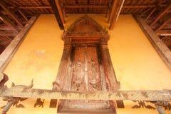 雕刻在Si Saket寺庙的教会的古老老挝艺术木头在老挝。 库存图片