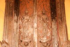 雕刻在Si Saket寺庙的教会的古老老挝艺术木头在老挝。 免版税库存图片