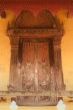 雕刻在Si Saket寺庙的教会的古老老挝艺术木头在老挝。 免版税库存照片