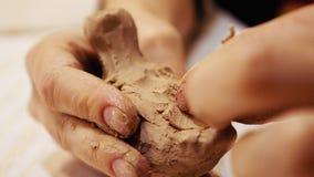 雕刻家是雕塑黏土小雕象或小雕象 库存图片