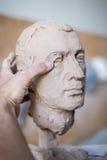 雕刻家雕刻人` s面孔的雕塑 水平的框架 免版税图库摄影