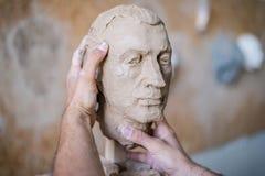 雕刻家雕刻人` s面孔的雕塑 水平的框架 库存图片