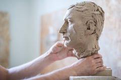 雕刻家雕刻人` s面孔的雕塑 水平的框架 库存照片