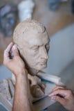 雕刻家雕刻人` s面孔的雕塑 水平的框架 图库摄影