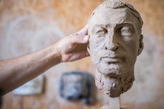 雕刻家雕刻人` s面孔的雕塑 水平的框架 免版税库存图片