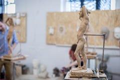 雕刻家雕刻从自然的一个人` s雕塑 水平的框架 免版税图库摄影