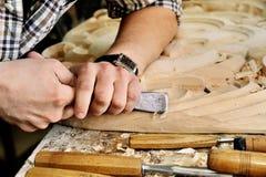 雕刻师与凿子的手工在车间 免版税库存图片