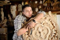 年轻雕刻师画象在他的演播室 免版税库存照片