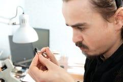 雕刻手工制造微型塑料玩具,房子装饰技巧爱好,创作过程的雕刻家艺术家 库存照片