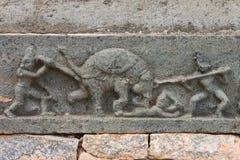 雕刻显示一头疯狂的大象的杀害与矛的 图库摄影