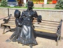 雕刻有一个男孩的家庭女教师长凳的 免版税库存图片