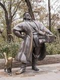 雕刻有一只猫的小贩在街道Bolshaya Sadovaya上 免版税库存照片