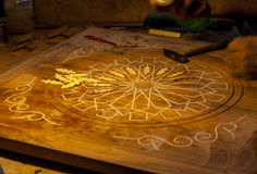 雕刻木桌 库存图片