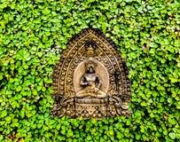 雕刻木的片断和三叶草背景 图库摄影