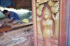 雕刻木菩萨图象的传统工匠 免版税库存照片