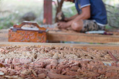 雕刻木菩萨图象的传统工匠 免版税图库摄影