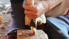 雕刻木头的雕刻师的手 影视素材