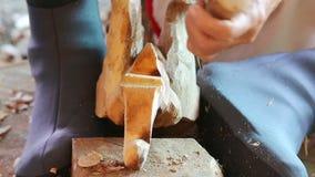 雕刻木头的雕刻师的手 股票录像