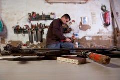 雕刻汇编孔的木匠 库存照片