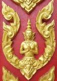 雕刻泰国样式的金黄木头在门 库存照片