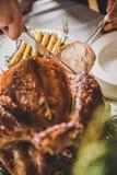 雕刻烤火鸡的人 图库摄影