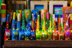 雕刻玩具的猫手 免版税库存图片