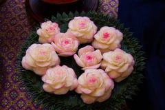 雕刻玫瑰的Jicama被仿造是泰国的全国艺术 免版税库存图片