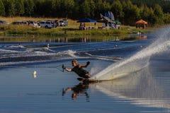 雕刻男性浮体的滑水竞赛障碍滑雪 免版税库存图片