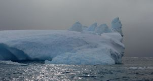 雕刻的冰山在南极洲 免版税库存图片