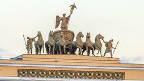 雕刻的小组在圣彼德堡,俄罗斯说出名望名字Chariot在总部的屋顶的timelapse hyperlapse 影视素材