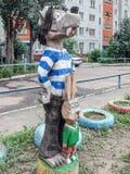 雕刻的构成在儿童的围场-狼和野兔 免版税库存照片