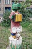 雕刻的构成在儿童的围场-鳄鱼Gena和Cheburashka 图库摄影
