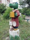 雕刻的构成在儿童的围场-鳄鱼Gena和Cheburashka 免版税库存图片