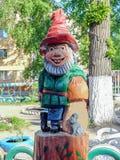 雕刻的构成-矮人和老鼠 儿童的游乐场露天 免版税图库摄影
