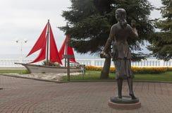 雕刻的构成Assol和在沿海岸区的猩红色风帆手段的Gelendzhik 免版税库存照片