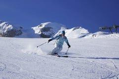 雕刻轮的滑雪在法国阿尔卑斯 免版税图库摄影