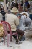 雕刻雕象的艺术家 库存照片