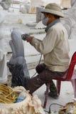 雕刻雕象的艺术家 库存图片