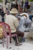 雕刻雕象的艺术家 免版税图库摄影