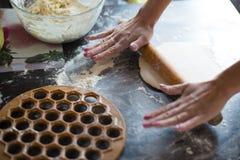 雕刻饺子 免版税库存照片