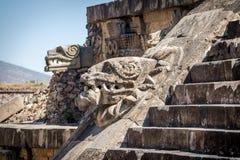 雕刻Quetzalcoatl金字塔在特奥蒂瓦坎废墟-墨西哥城细节,墨西哥 免版税库存照片