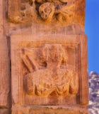 雕刻Temenos门Petra城市约旦的古老Nabatean战士 图库摄影