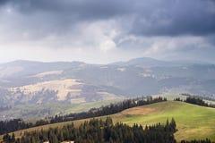 雨、云彩和阳光在春天小山 库存照片