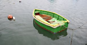 雨、沈默和一条偏僻的小船 免版税库存照片